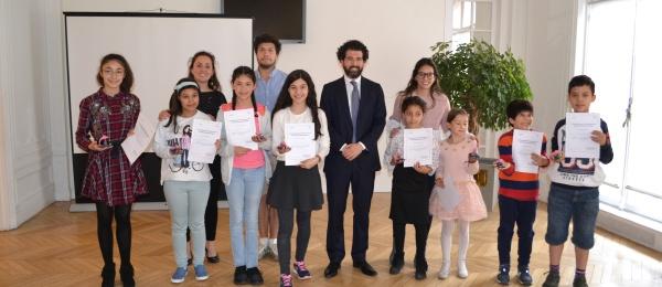 El Consulado en París realizó taller de plastilina con ocasión del Día Nacional de la Memoria y Solidaridad con las Víctimas del Conflicto Armado
